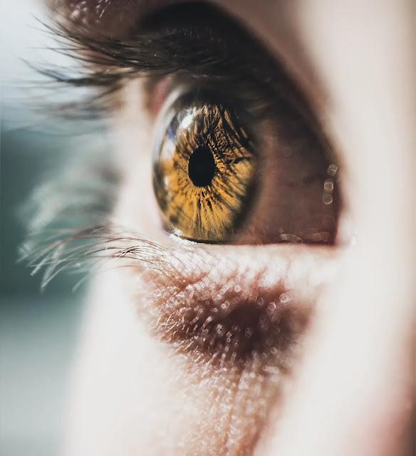 Mát xa để trẻ hóa đôi mắt của bạn