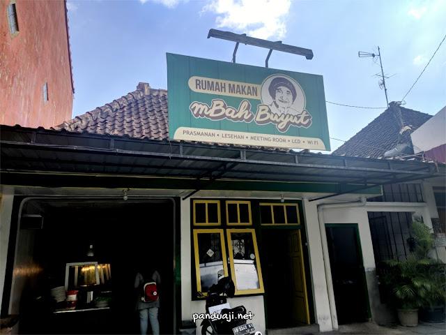 Tampak depan rumah makan Mbah Buyut