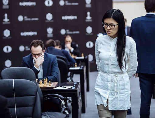La seule joueuse d'échecs Hou Yifan (2651) ne s'en laisse pas compter par tous ces hommes  - Photo © Maria Yassakova