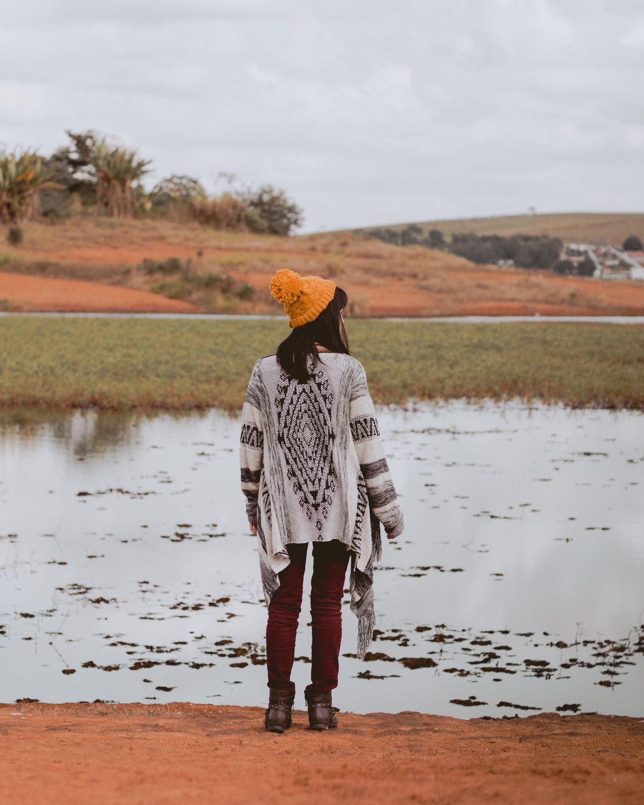 mulher olhando o lago