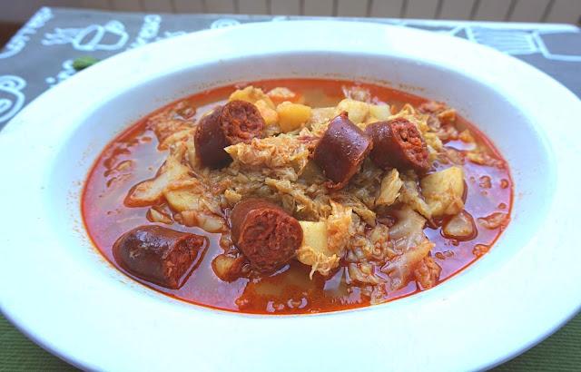 Cocido de repollo con chorizo tradicional.