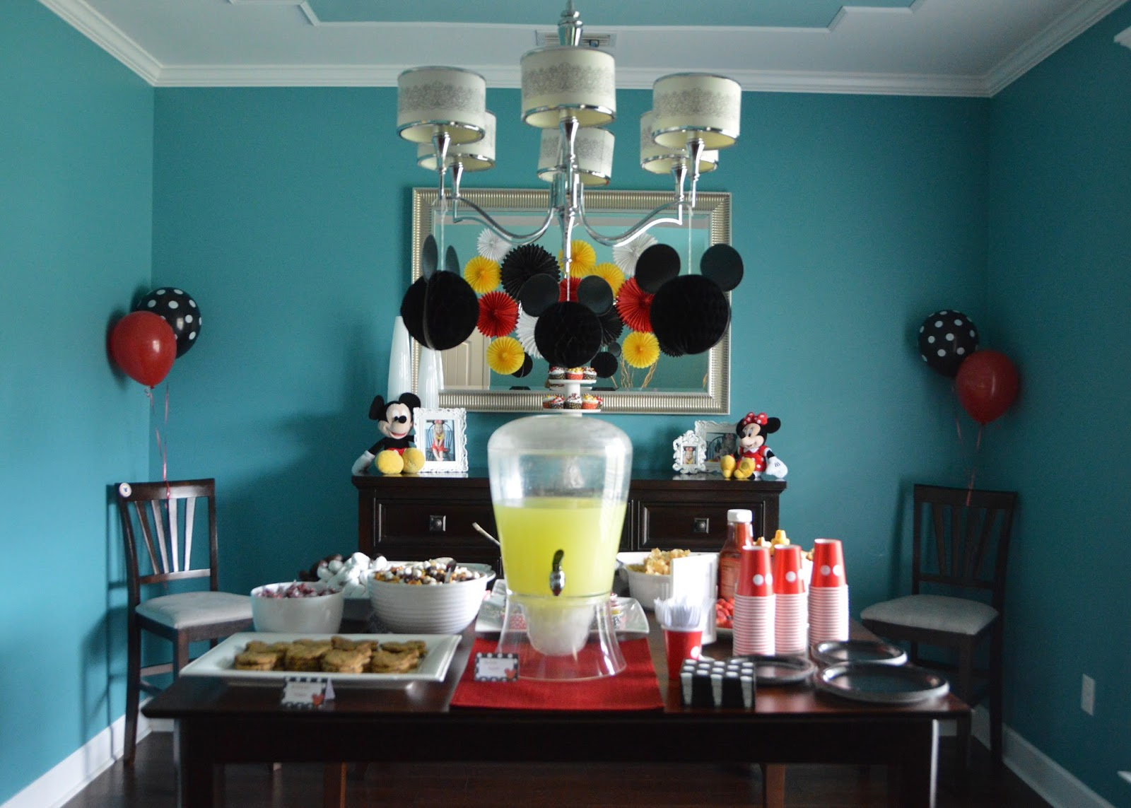 The Journey of Parenthood...: Mickey and Minnie Mouse Party Decor