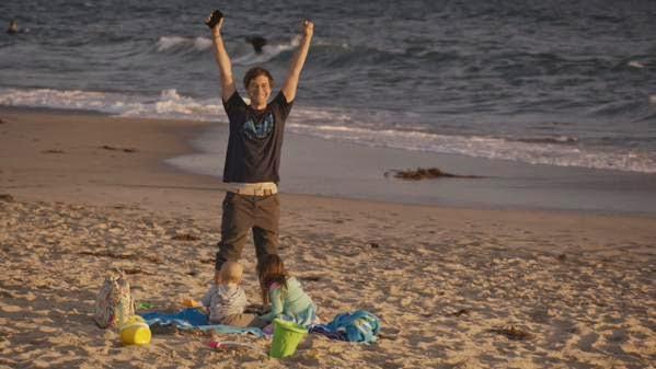 Brett saluda a su amigo en la playa tras un día de juegos con sus hijos
