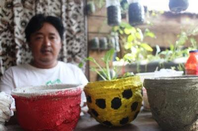 pemuda cianjur olah daur ulang popok bayi jadi pot bunga warna warni