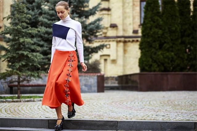 falda midi, detalle pidras y bordados lateral