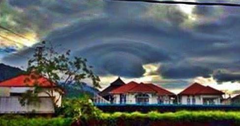 """Awan """"UFO"""" di Langit Sumatera Barat"""