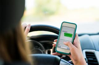 vožnja i kuckanje poruka na mobilnom