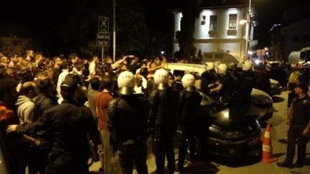 مئات الأتراك يتظاهرون في ولاية كوجايلي تعبيراً عن غضبهم بعد تعرض فتاة قاصر للاغتصاب