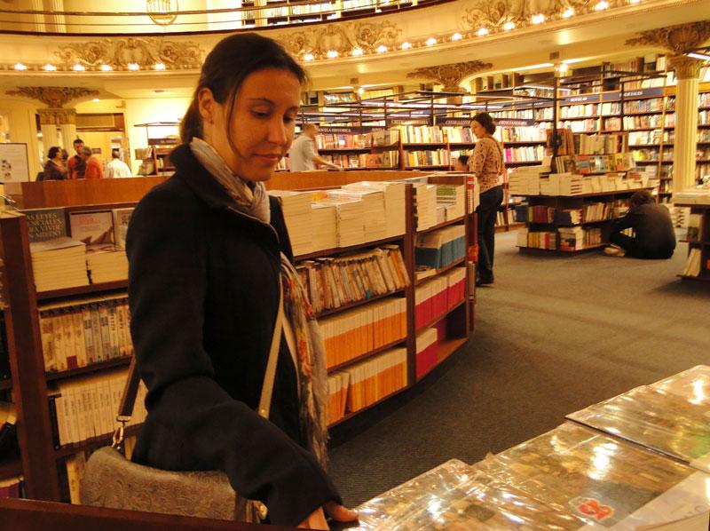 A jornalista e blogueira Mari Bontempo, do VidaDeCozinheiro.com escolhe livros na El Ateneo em Buenos Aires na Argentina.