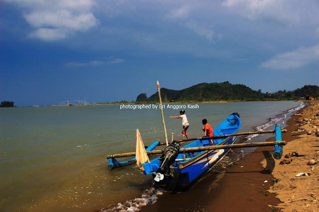 Wisatawan lokal sedang bermain di Pantai Palatar Agung.
