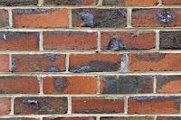 Yanık klinker tuğlalardan örülerek eski bir görüntü kazandırılmış duvar