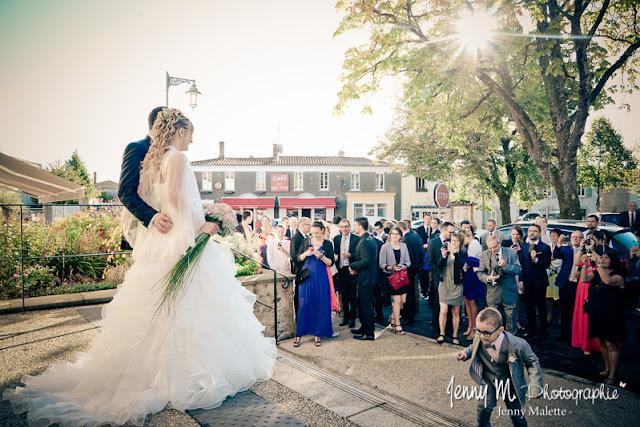 sortie de la mairie photos des mariés et invités devant la mairie