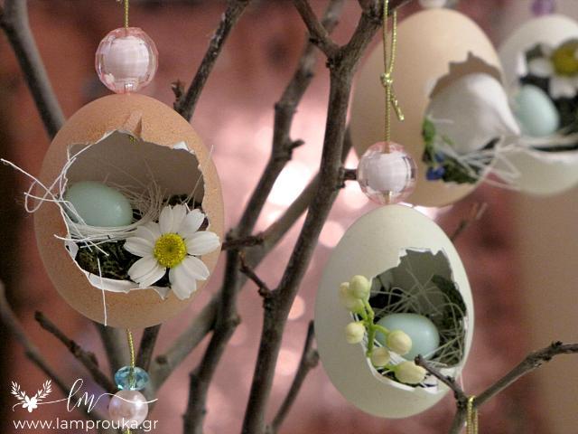 διακοσμητικά αυγά για το Πάσχα πάνω σε κλαδιά