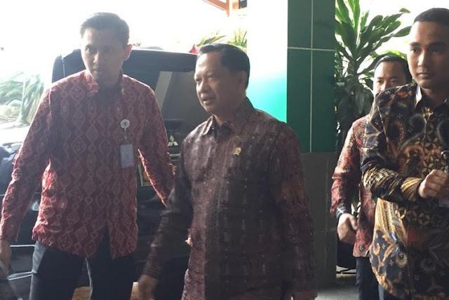 Dikawal Pria Berbadan Tegap, Tito Datangi Kantor Mahfud MD Lapor Kondisi Terkini Papua