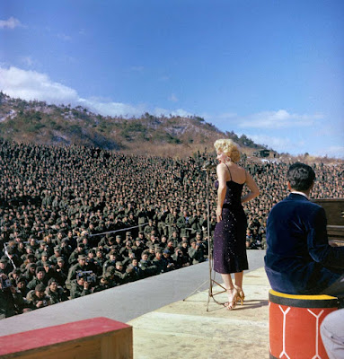 Fotografía antiguas, históricas y poco conocidas Marilyn%2BMonroe%2Bcon%2Blas%2Btropas%2Bamericanas%2Ben%2BCorea%2B10