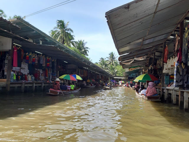 Damnoen Saduak Floating Market.