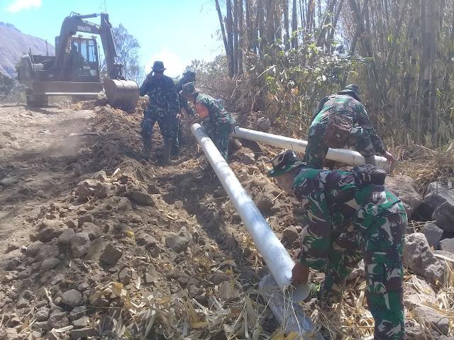 Prajurit TNI Bantu Pasang Saluran Pipa Air Bersih dari Gunung Rinjani Sepanjang 6 Km