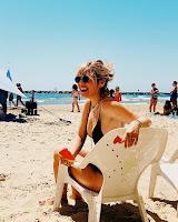 Raquel Strada de biquíni na praia