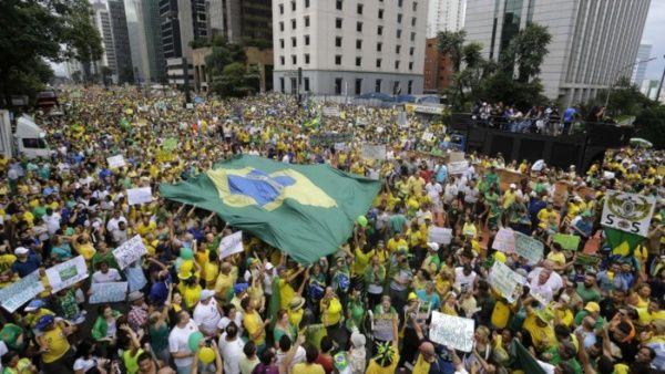 Bolsonaro participa en acto público en Brasilia sin protección