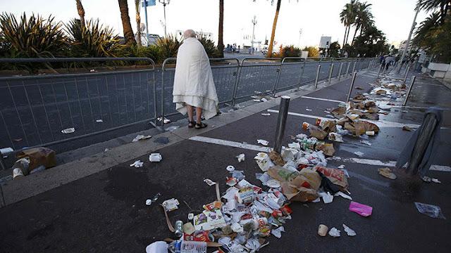 Un hombre camina entre los restos en el Paseo de los Ingleses de Niza (Francia) el día posterior a que un camión atropellara a una multitud, matando a decenas de personas.Eric GaillardReuters