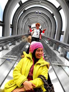 Eskalator transparan menuju Floating Garden Observatory