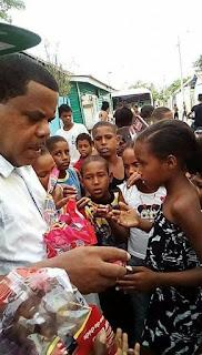 Ex sindico Mario Caraballo entrega útiles escolares a niños de El Peñón