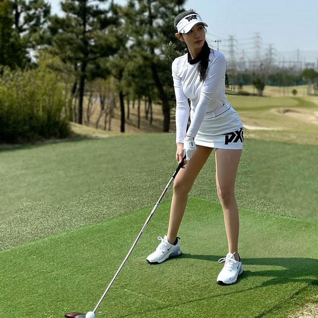조현 흰 골프의상
