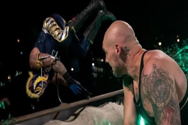 هل مات ري ميستيريو وأليستر بلاك؟ بعض جماهير WWE يرسلون التعازي لعائلتي النجمين بعدما ألقى بهما بارون كوربن من أعلى سطح المبنى