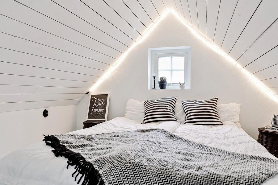 Skandynawski, biały domek z rustykalnymi elementami, wystrój wnętrz, wnętrza, urządzanie mieszkania, dom, home decor, dekoracje, aranżacje, styl skandynawski, scandinavian style, styl rustykalny, rustic, cegła, drewno, biel, white, sypialnia, bedroom, cegła
