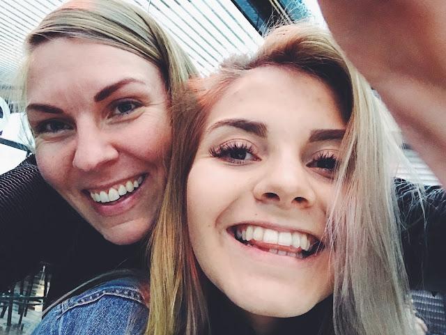 Siskokset Moron terassilla hymyillen