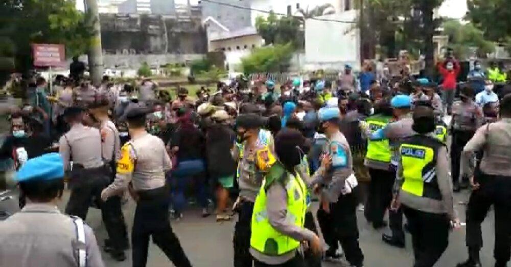 Tak Patuhi Prokes, Petugas Gabungan Polrestabes Semarang Bubarkan Demo Puluhan Mahasiswa Papua
