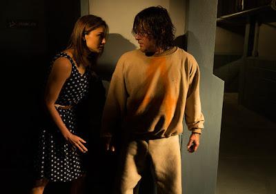 Sherry sorprende Daryl alle spalle