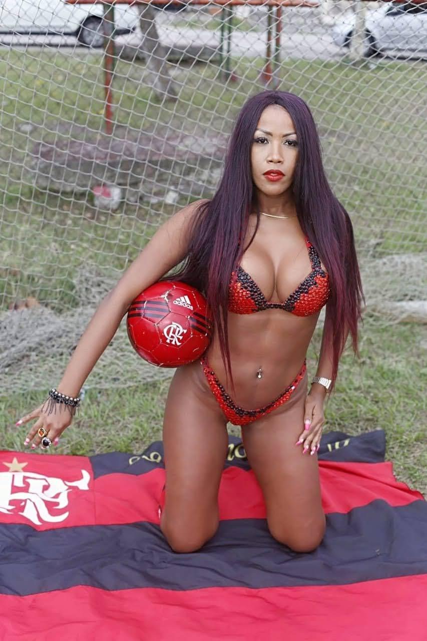 Candidata a musa do Flamengo exibe corpo sarado em praia de Costa Verde