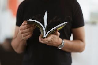 homem fazendo leitura rápida de um livro