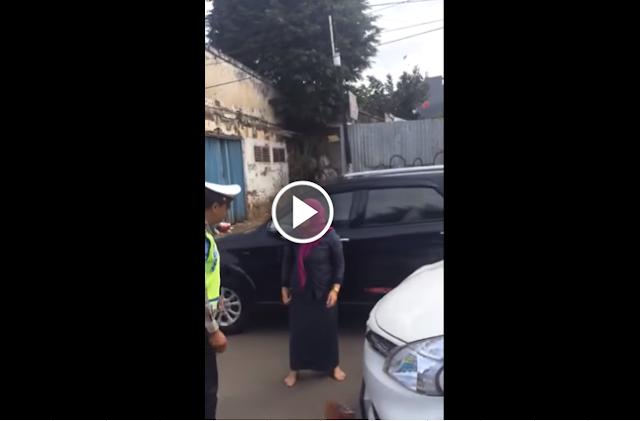Heboh!! Video Wanita Pukuli Polisi Lantas di Jalan Jadi Viral, Ini Sosok Ibu Berkerudung Ungu