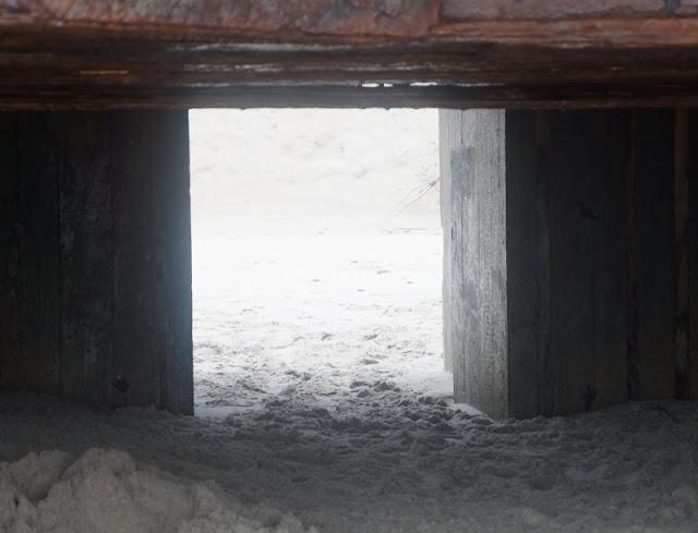 Wunderbarer Nebel am Strand von Houvig. Die Bunker am Strand von Houvig wirkten im Nebel ganz anders als sonst, hinfällig statt gefährlich.