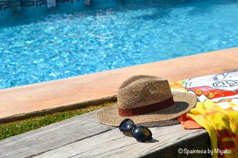 スペインのリゾート地のプールザイドと麦わら帽子