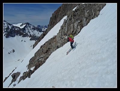Bajando de los Infiernos por el corredor Sur, esquiando