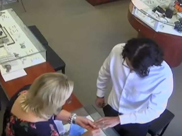 Video: Se prueba anillo de 27 mil dólares ¡y huye con el!