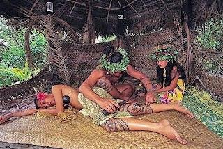 Un tatuador maorí, realizando su trabajo sobre el muslo de un guerrero