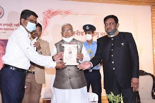 श्री मंगुभाई पटेल राज्यपाल द्वारा वैक्सीनेशन में उल्लेखनीय कार्य करने वालों का सम्मान