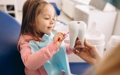 En el grupodentalclinics.es, está creando sonrisas increíbles en toda España. Es la mejor opción para todas sus necesidades dentales, como tratamientos dentales preventivos, ortodoncia invisible, restauradores y cosméticos. Sus dentistas experimentados y  asociados dentales  le brindan una variedad de procedimientos dentales utilizando las tecnologías dentales más nuevas e innovadoras. Todos sus valiosos servicios se ofrecen en un entorno cómodo, afectuoso y de apoyo. La satisfacción del paciente es siempre su principal prioridad con cada servicio dental. El equipo de profesionales brinda excelentes servicios dentales utilizando una variedad de diferentes planes de seguro de una manera que haga que sus visitas sean más placenteras. Comuníquese con sus oficinas y programe una consulta para recibir las mejores consultas dentales y tratamientos excepcionales para niños, adolescentes y adultos. El equipo certificado se enorgullecen de ofrecerle servicios de odontología pediátrica y brindarles a sus hijos la relación positiva que se merecen. El  equipo de profesionales se enfoca en la atención preventiva y desarrolla un plan de tratamiento que asegura resultados óptimos para dientes sanos.   ¿A qué edad pierden los dientes los niños? Los dientes de leche de los niños crecen a los seis meses de edad. De los seis a los siete años, los dientes de leche se reemplazan por dientes permanentes. La mala higiene bucal de los niños puede dañar sus dientes y permanecer durante toda su vida. Hoy en día, la caries dental en los niños es cinco veces mayor que el asma. ¿A qué edad debe su hijo visitar por primera vez a un dentista infantil?  La visita a una clínica dental infantil debe realizarse en el primer año del nacimiento de su hijo. Sin embargo, las visitas regulares deben comenzar entre los seis y los doce meses de edad. Los niños con dientes sanos pueden comer y crecer mejor y hablar con más confianza gracias a sus hermosas sonrisas. La clínica se esfuerzas por ayudar a sus hi