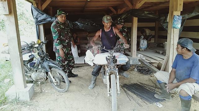 Tembus Medan Berat, Prajurit TNI Modif Sepeda Motor Untuk Angkut Material