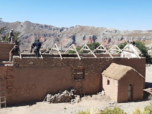 Wir sind mit dem Aufbau des Daches der Kapelle in Quillacas beschäftigt.
