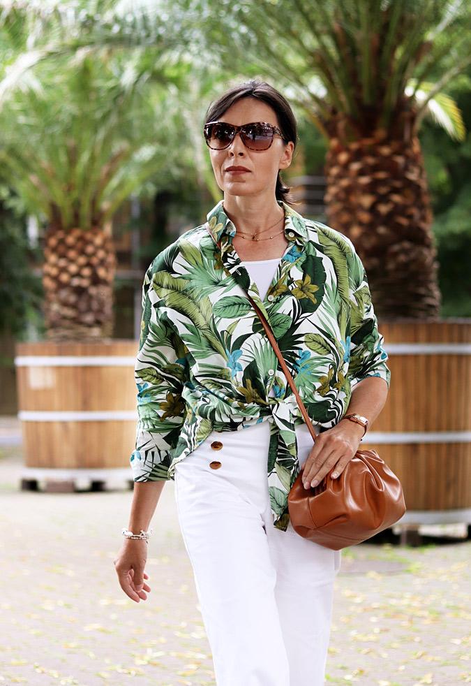Bluzka w palmowe liście - jak nosić