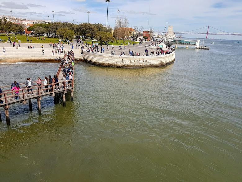 貝倫塔入口排隊人潮,遠處為四月二十五號大橋 (25th of April Bridge)