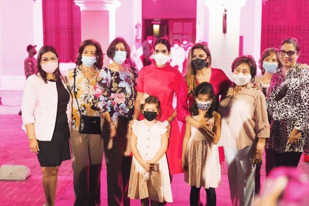 Palacio Consistorial se ilumina de rosa para crear conciencia acerca del Cáncer de Mama