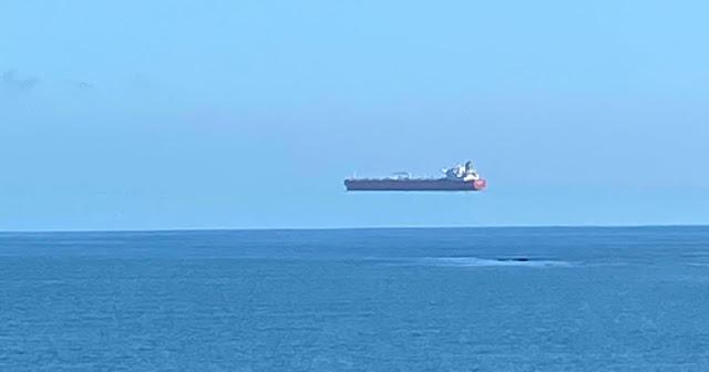 """Effetti Ottici: Una """"nave volante"""" e il miraggio superiore dietro di essa"""