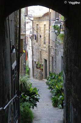 Uno dei vicoli del quartiere Medievale di San Pellegrino a Viterbo