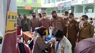 Kapolres Pelabuhan Makassar Tinjau Pelaksanaan Vaksinasi di SMPN 5 Makassar